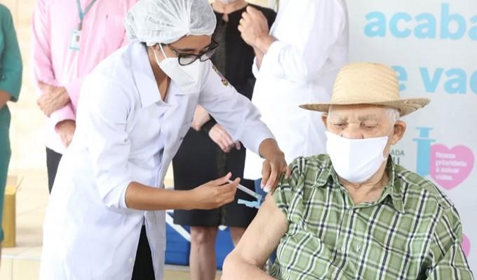 Plano de vacinação aponta para 77 milhões de pessoas nos grupos prioritários